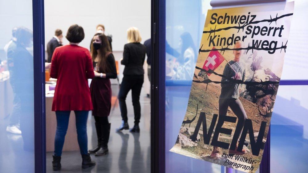 L'affiche des opposants aux mesures policières de lutte contre le terrorisme (MPT) indique: «La Suisse enferme les enfants – Non au paragraphe arbitraire».