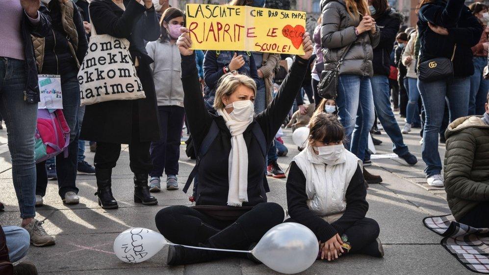 Les manifestations se multiplient en Italie où indépendants, commerçants et restaurateurs sont entre colère et désespoir. «Réouvrez les écoles», demandait cette manifestante le 21 mars à Milan.