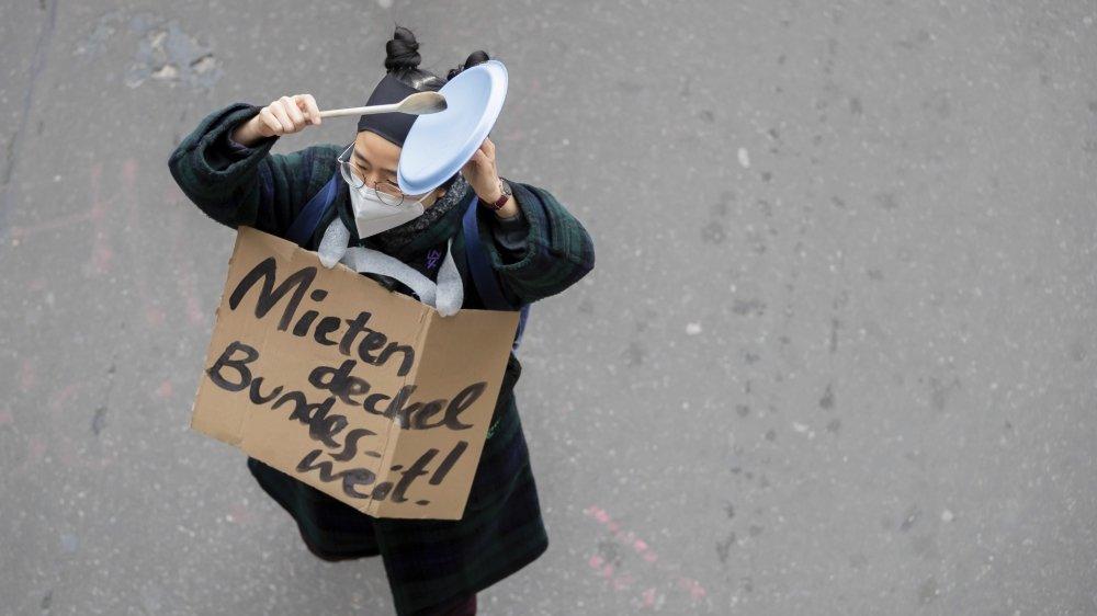 Manifestante hier dans les rues de Berlin, contre la décision de supprimer le plafonnement de loyer.  Selon son plan urbain, Berlin a besoin de 200000 nouveaux logements d'ici 2030.