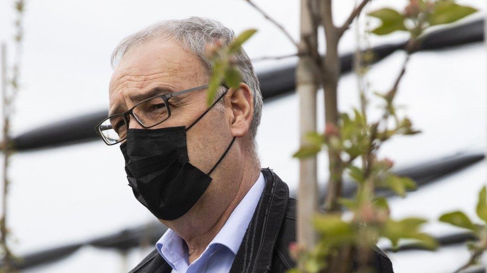 Guy Parmelin en visite dans une ferme bio la semaine dernière. Mercredi, il a présenté le plan du Conseil fédéral pour réduire les pesticides.