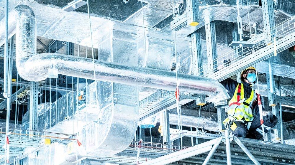 Un membre du personnel met en place une ligne de production d'anticorps  dans un bâtiment de Lonza à Viège,