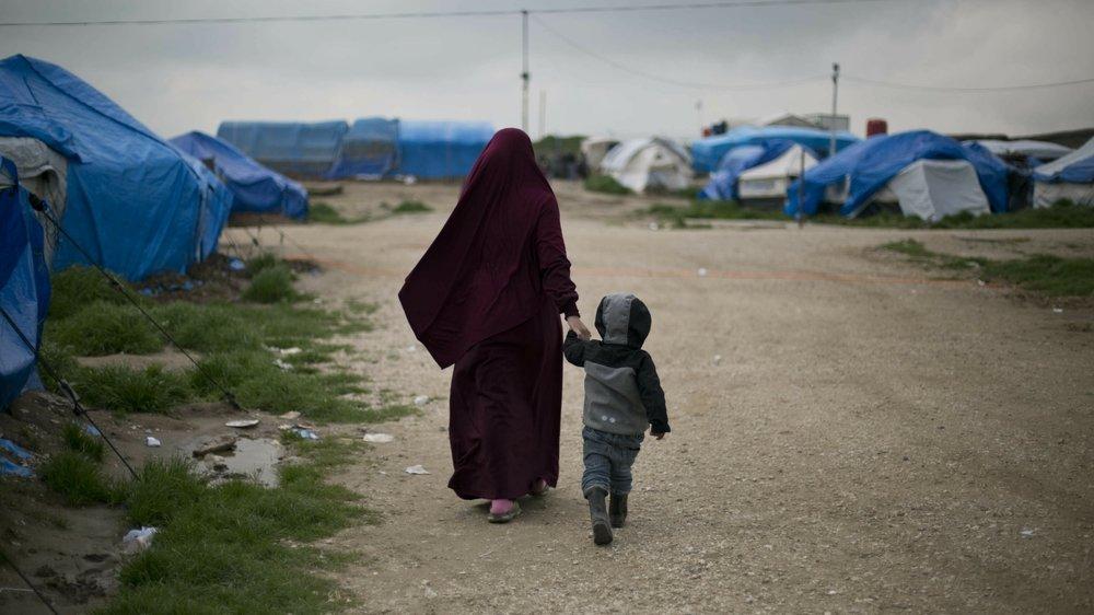 Une mère et son enfant dans le camp de Roj, au nord-est de la Syrie, là où sont les demi-sœurs suisses Amal et Layla*,  9 et 14 ans.