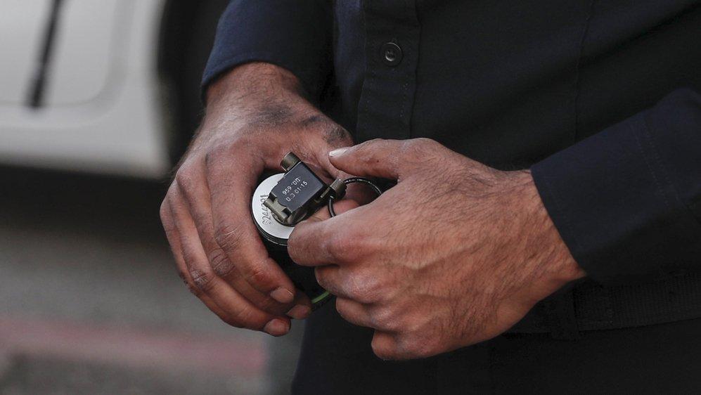 Un membre de la sécurité israélienne tenant une grenade lors d'une attaque contre un checkpoint policier dans la région de Sheikh Jerah, à Jérusalem, le 16 mai dernier.