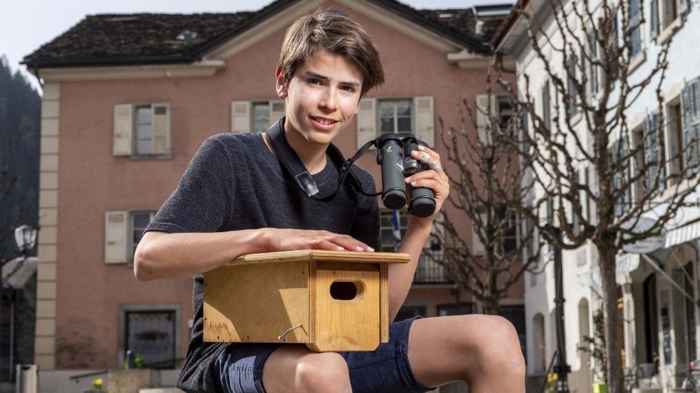 Jolan Besson tient un nichoir à martinets qui peut être installé sur les maisons pour pallier le manque d'abris pour ces oiseaux et ainsi contrer leur déclin.