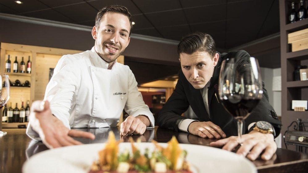 Les restaurateurs valaisans, à l'image de Nelson Bonvin et de Mathieu Biolaz, patrons du restaurant Les Touristes, à Martigny, sont impatients de pouvoir accueillir de nouveau leurs clients.