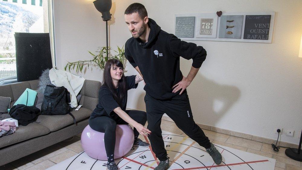 A Bramois, Audrey Sarrasin et Julien Genoud, étudiants en physiothérapie, révisent leurs cours sur un T-training.