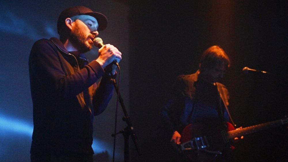 """Le slameur Yan Walther et le guitariste Christian Pralong lors de la générale de """"Quitter les eaux territoriales"""" mercredi après-midi aux Caves du Manoir."""