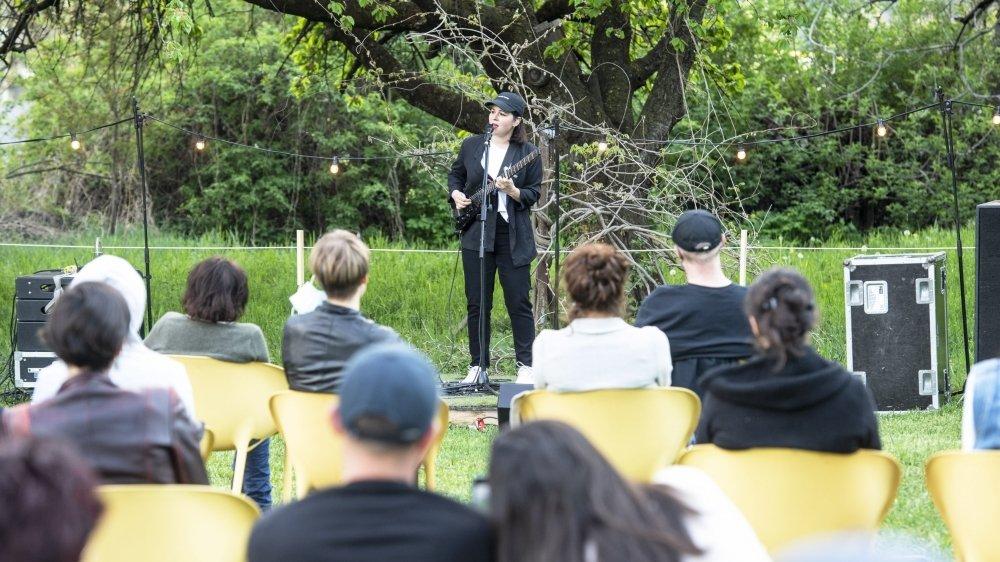 Un arbre en toile de fond, des chaises éparpillées dans l'herbe, la performance d'une artiste, l'expérience du concert, intense même dans une formule très dépouillée.
