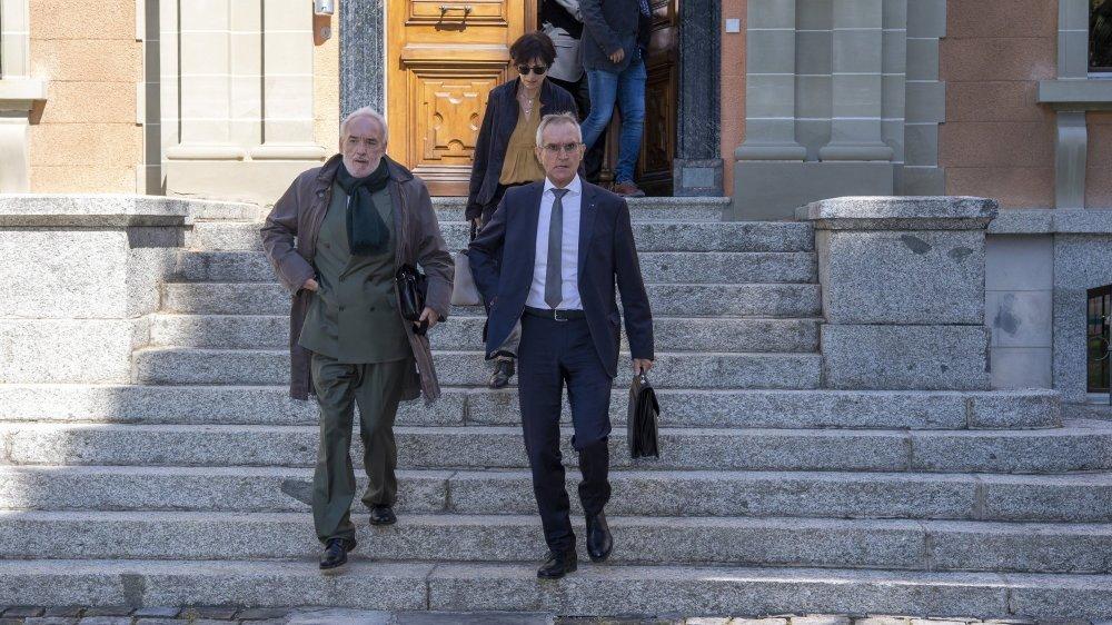 Eloi Rossier (à droite) et son avocat, Jean-Charles Bornet, à la sortie du tribunal, après le verdict.
