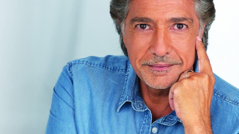 Frédéric François, dans sa 70e année, avec cinquante ans de scène derrière lui, et pourtant, toujours la même passion pour la chanson amoureuse.