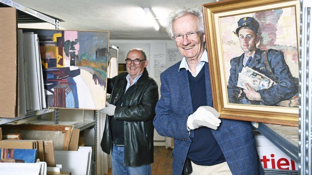 Walter Tschopp (à gauche) et Jean Menthonnex présentent quelques-uns des tableaux de la fondation.