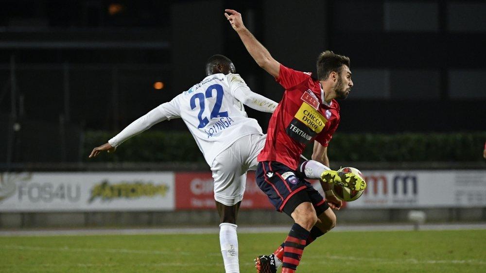 Kreshnik Hajrizi anticipe l'action d'Yvan Alounga lors du huitième de finale de la Coupe de Suisse entre le FC Chiasso et le FC Lucerne.