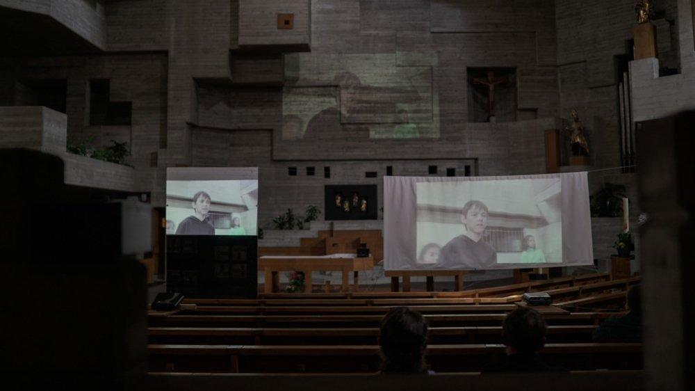 """L'église d'Hérémence qui a 50 ans cette année a accueilli samedi la projection du film """"Bateau béton"""" du réalisateur Simon David."""