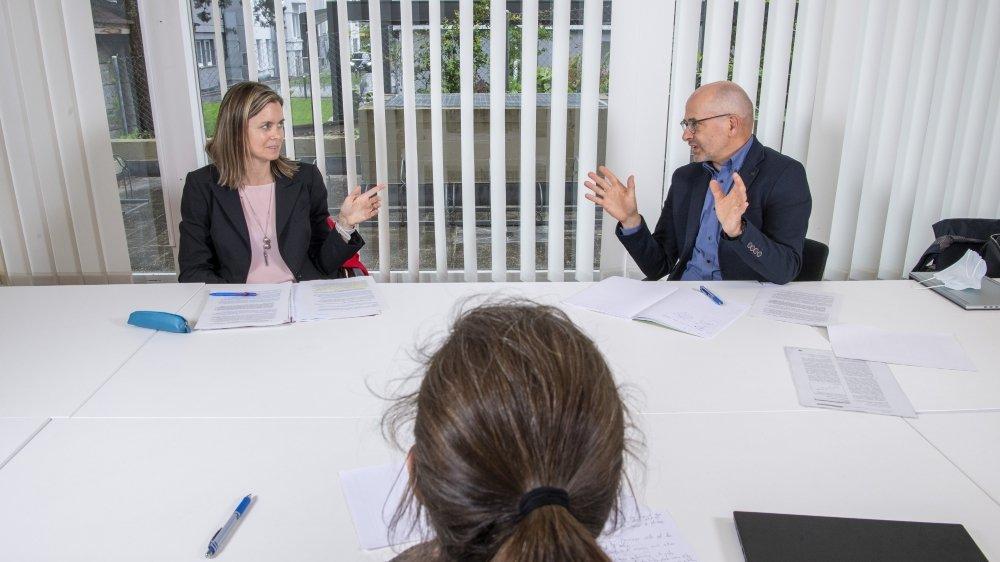 Christine Genolet-Leubin, cheffe du Service de l'environnement, et Elmar Pfammatter, chimiste cantonal, débattent des pesticides dans les eaux.