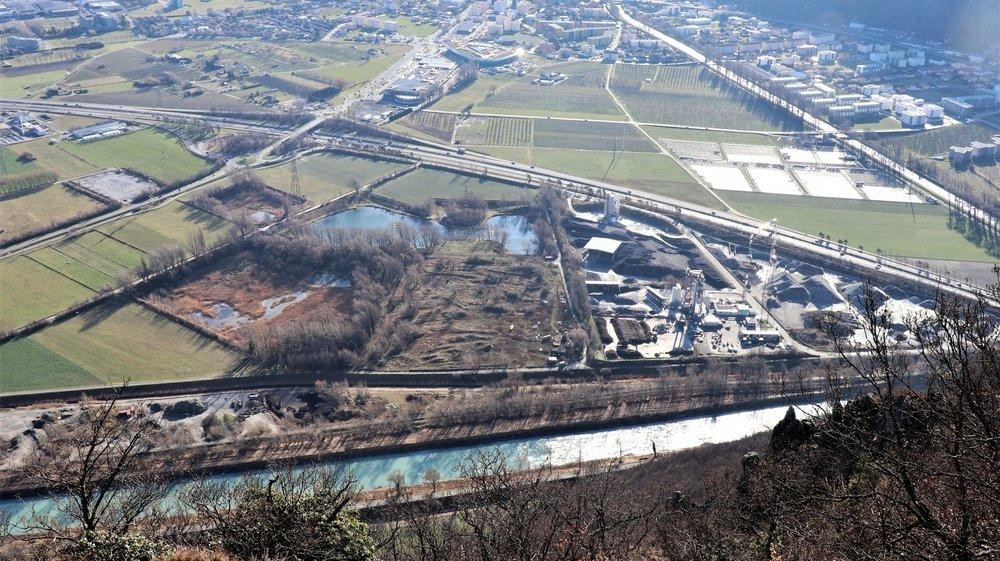 Vue du site du Verney prise depuis les Follatères. Elle décline, de droite à gauche, la zone d'intérêt général B et industrielle, la zone de protection de la nature avec l'ancienne piste de motocross et les trois fosses en eau.