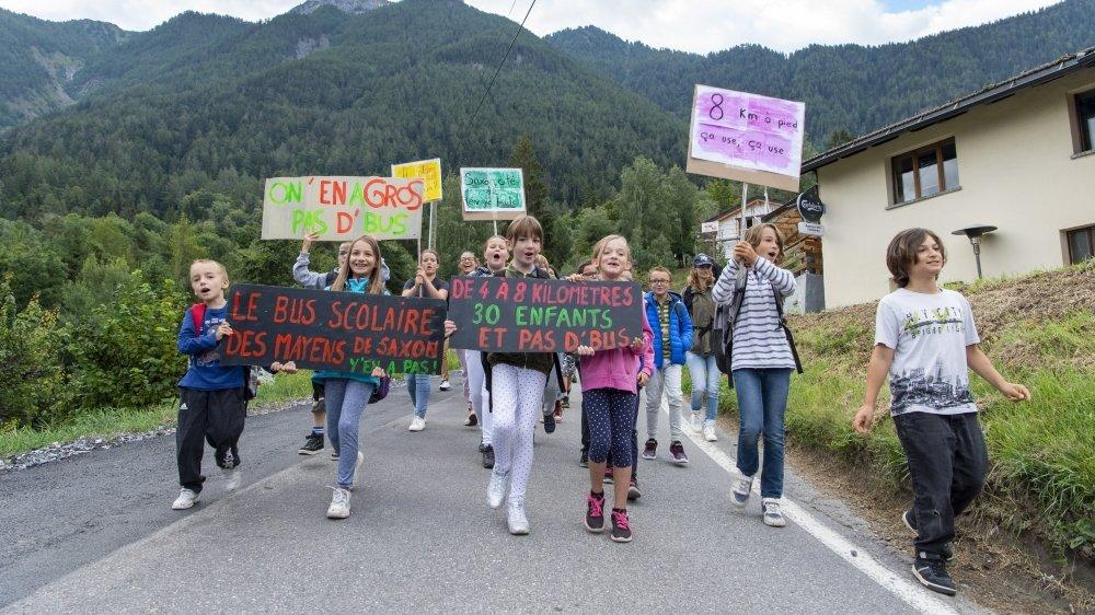 Le 18 août dernier, les parents, élèves et habitants des Mayens de Saxon manifestaient pour réclamer le retour d'un bus scolaire.