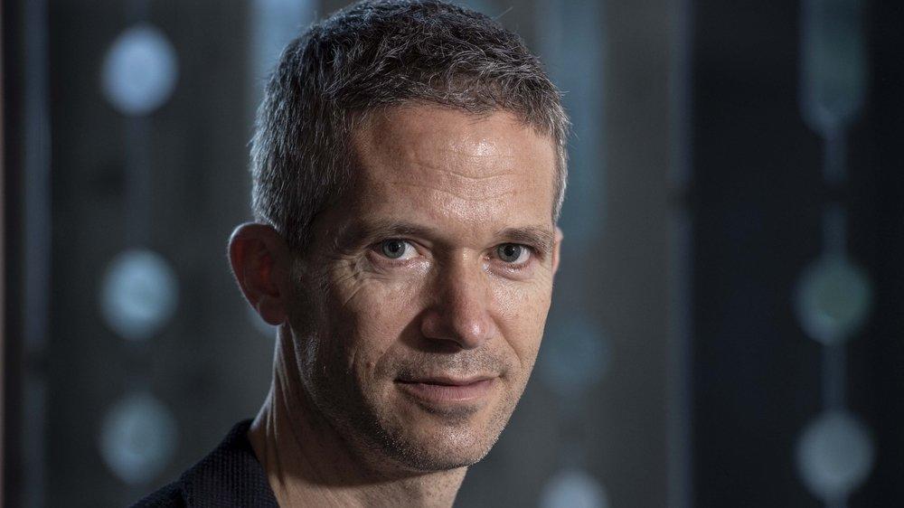 """Jacques Fellay, médecin, chercheur au CHUV et à l'EPFL et membre de la Science Task Force nationale  Covid-19: """"Le risque d'infection à l'extérieur est environ 18 fois plus faible qu'à l'intérieur, selon certaines études."""""""
