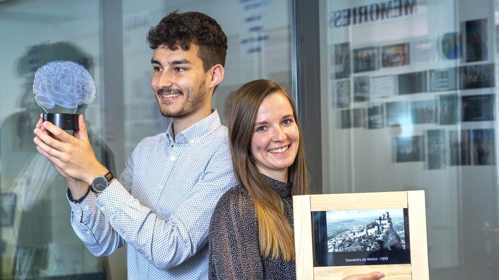 Thierry Antille et Marie Perbos vaquent à la création d'une application mobile reliée à une tablette tactile.