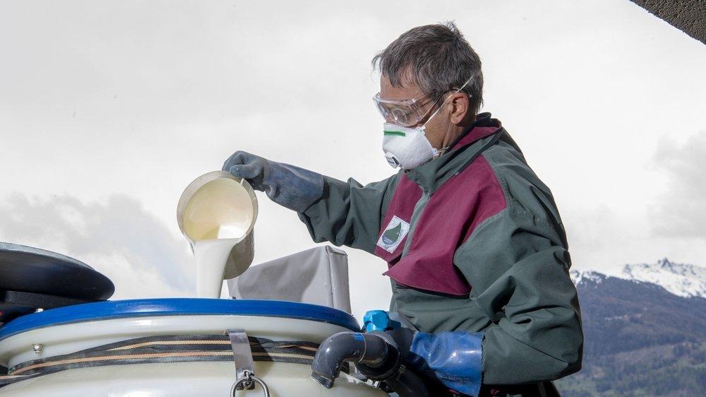 Michel Duc, viticulteur, prépare un traitement à base de soufre contre le mildiou. Ce produit est aussi autorisé en agriculture bio mais le soufre étant irritant, il porte des vêtements de protection.