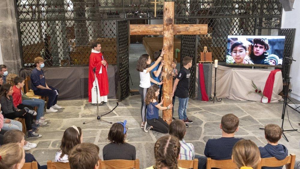 Au Châble, les célébrations pascales ont été animées par les futurs confirmands. L'un d'entre eux, Mattéo (sur le grand écran, à droite), s'est même glissé dans la peau du Christ.