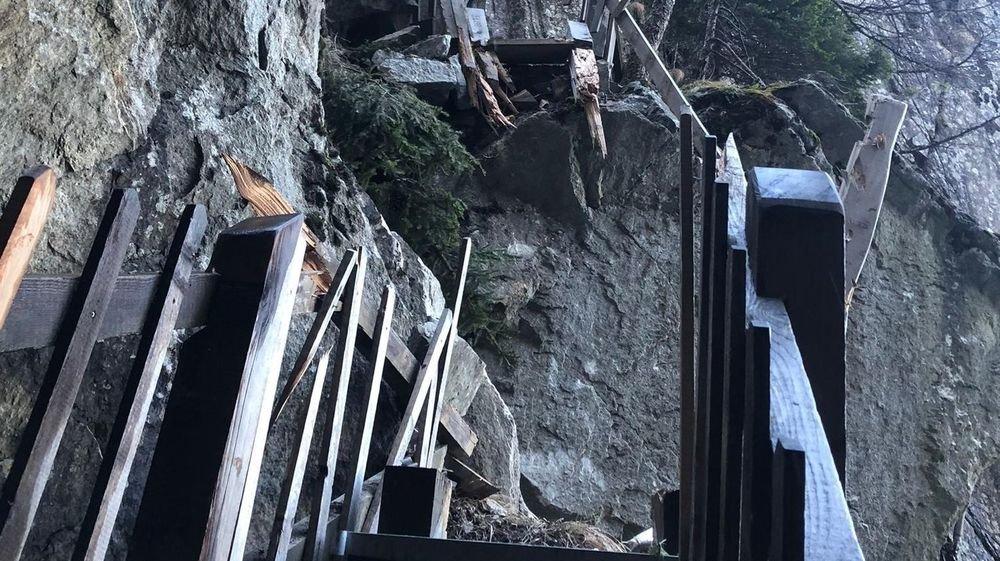 Sur le haut du sentier, les passerelles entièrement rénovées en 2019 ont été pulvérisées par un gros rocher.