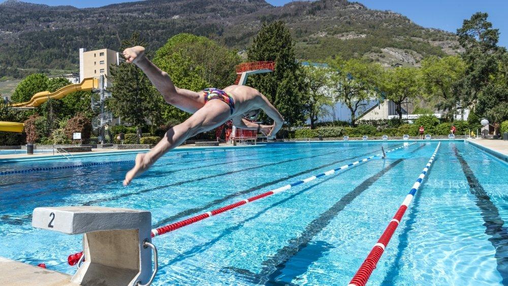 A la piscine de Martigny, le bonheur retrouvé de faire des longueurs malgré une eau frisquette