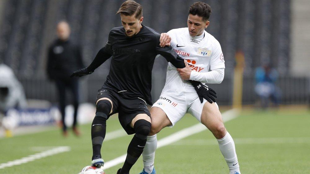 Quentin Maceiras protège avec autorité son ballon devant Stephan Seiler du FC Zurich.