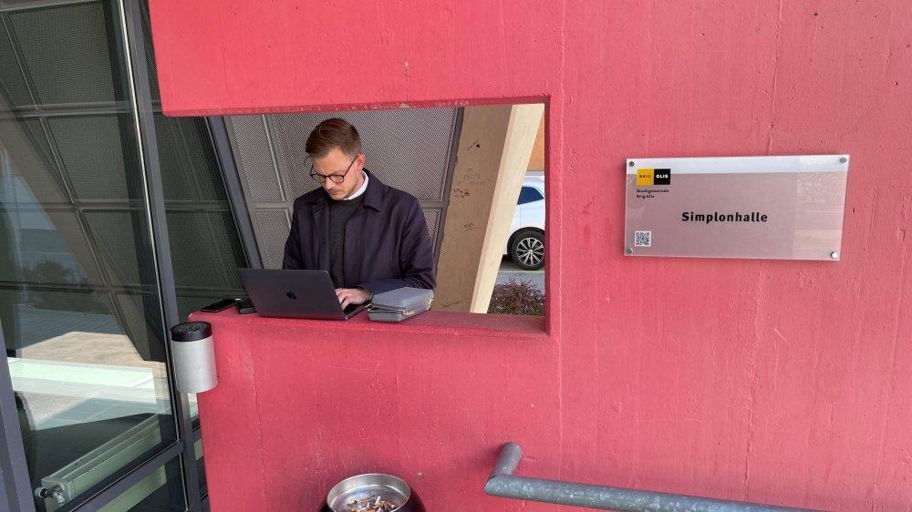 A l'extérieur, les journalistes ont dû improviser leur bureau.