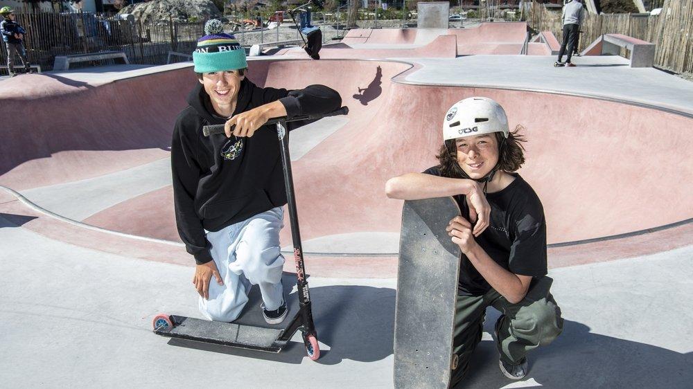 Fans de glisse, Adrien Chabbey (à g.) et Louis Bérard présentent le nouveau skatepark de Martigny.