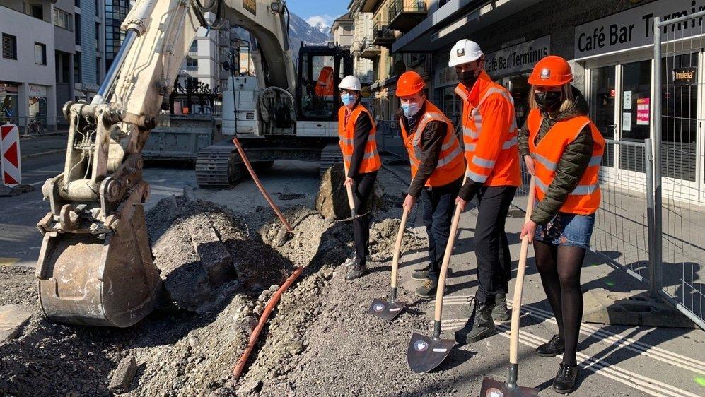 L'architecte Clotilde Rigaud, le chef de projet Marc Léger, le municipal Dorian Farquet et la présidente de Martigny Anne-Laure Couchepin Vouilloz (de dr. à g.) lors du lancement officiel des travaux de réaménagement de l'avenue de la Gare de Martigny.