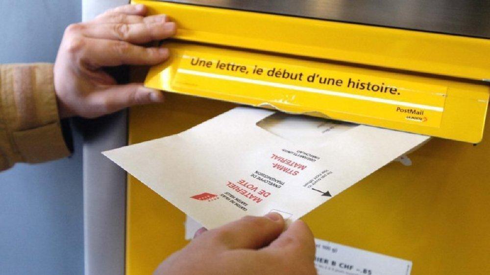 Le vote par correspondance a la cote, mais tous les votants n'ont pas déserté les urnes.