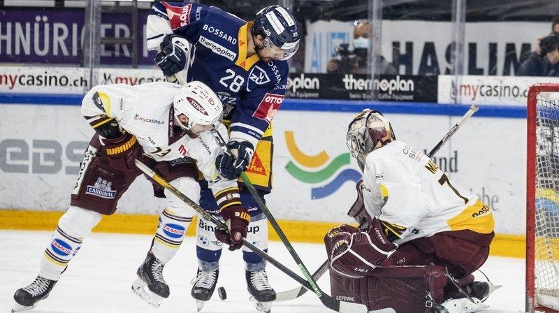 Les Valaisans Mathieu Vouillamoz (en blanc) Yannick-Lennart Albrecht (en bleu) au duel devant Manzato.