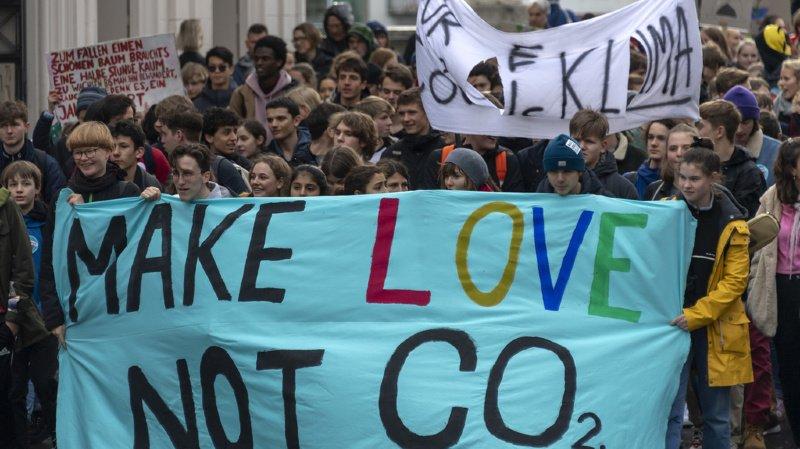 Les Jeunesses de cinq partis se mobilisent en faveur de la loi sur le CO2.