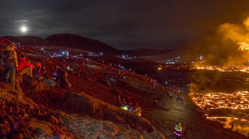 Le site est devenu l'attraction du moment en Islande: au dernier pointage dimanche, 36'293 personnes s'étaient rendues au pied des deux petits cratères déversant calmement de la lave (ARCHIVE).