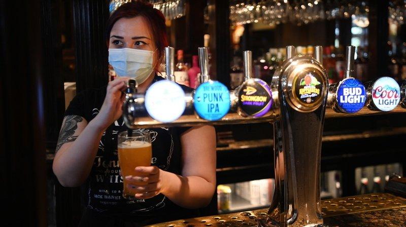 Coronavirus: les pubs et l'intérieur des restaurants rouvrent en Angleterre