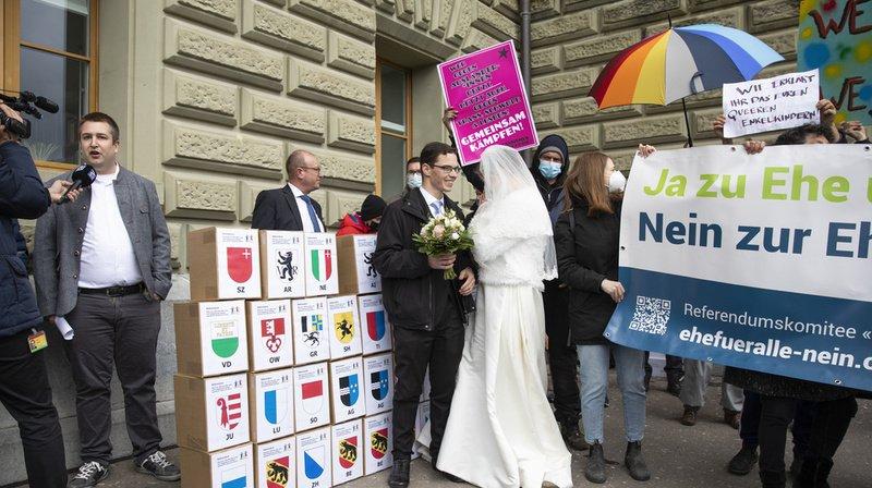 «Mariage pour tous»: plus de 59'000 signatures déposées