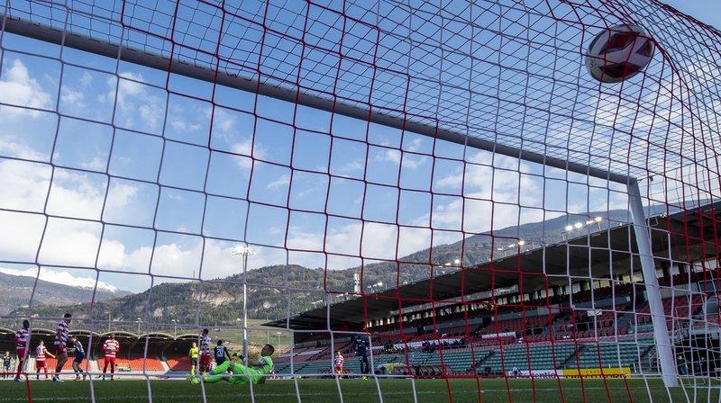 L'attaquant zurichois Aiyegun Tosin marque le premier but du match à Sion.