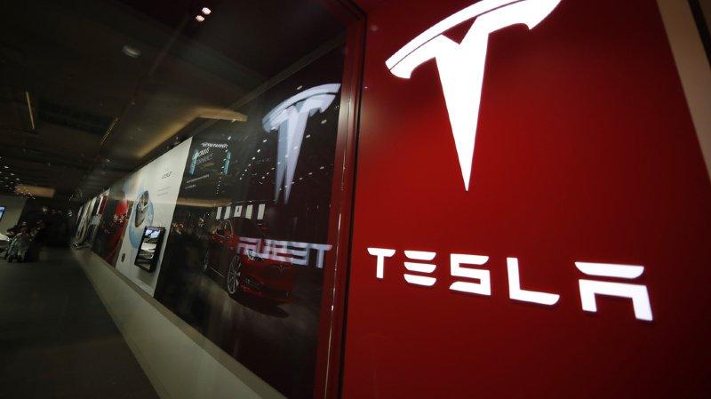 Tesla a rappelé que la supervision active d'un conducteur reste nécessaire.