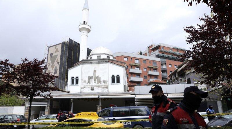 Le suspect a fait irruption dans la mosquée située dans le centre-ville et a attaqué cinq personnes qui étaient en train d'y prier.