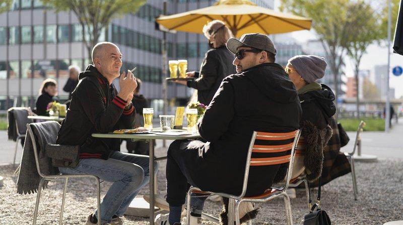 La clientèle a été au rendez-vous de la réouverture des terrasses lundi, comme ici à Zurich. La grande majorité ne portaient pas de masques à table.
