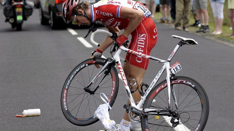 Cyclisme: pourquoi l'UCI ne veut plus de ces bidons jetés dans la nature