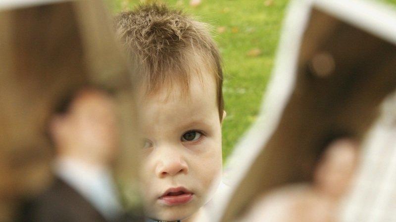 La garde alternée permet à l'enfant de maintenir un lien fort avec ses deux parents.