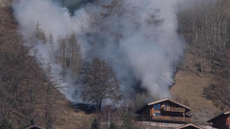 Le feu de broussailles a provoqué un fort dégagement de fumée.