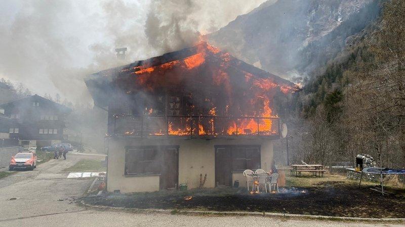 Il a fallu une quarantaine de pompiers pour venir à bout de l'incendie.
