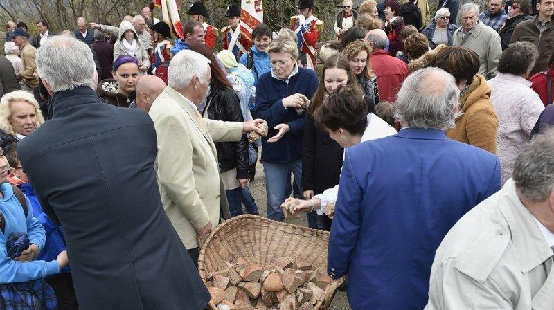 D'ordinaire, à la Saint-Georges, le Conseil communal distribue le pain.