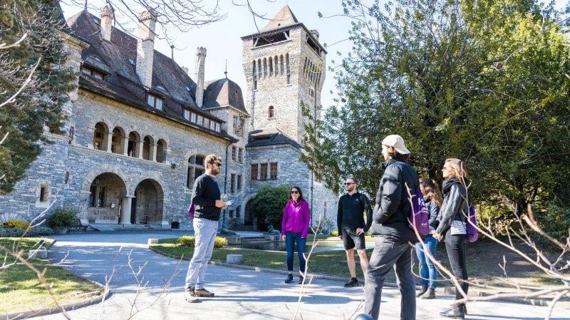 Le tour s'arrête au château Mercier. L'occasion de visiter ce lieu emblématique de Sierre tout en dégustant un vin de la région.