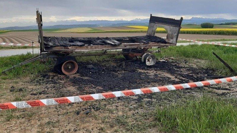 Le char a été entièrement détruit par le feu.