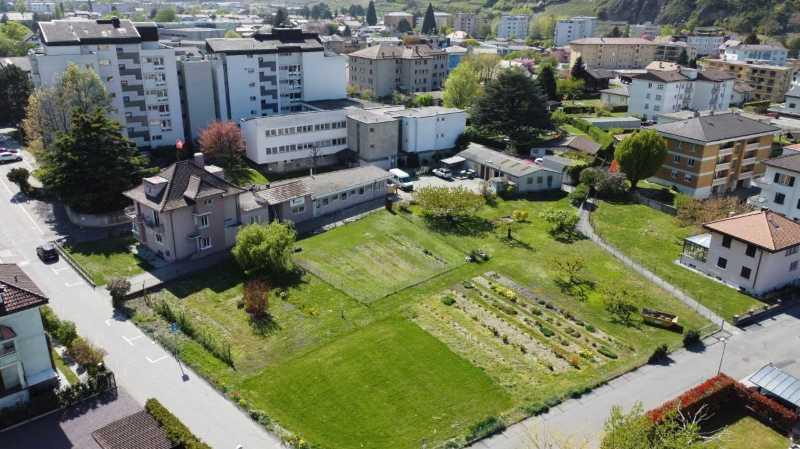 Le futur nouveau Castel de Martigny verra le jour sur cette parcelle, au premier plan, à proximité de l'EMS actuel (au fond, à gauche) qui, à terme, sera démoli.