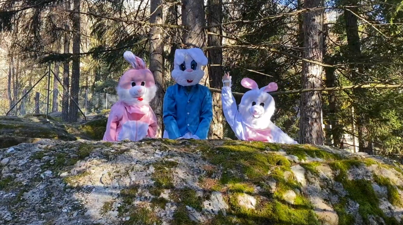 Les lapins géants attendent les enfants pour une séance photo au zoo des Marécottes dimanche 4 avril.
