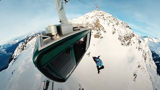 Géraldine Fasnacht saute en parachute depuis le téléphérique du Mont Gelé